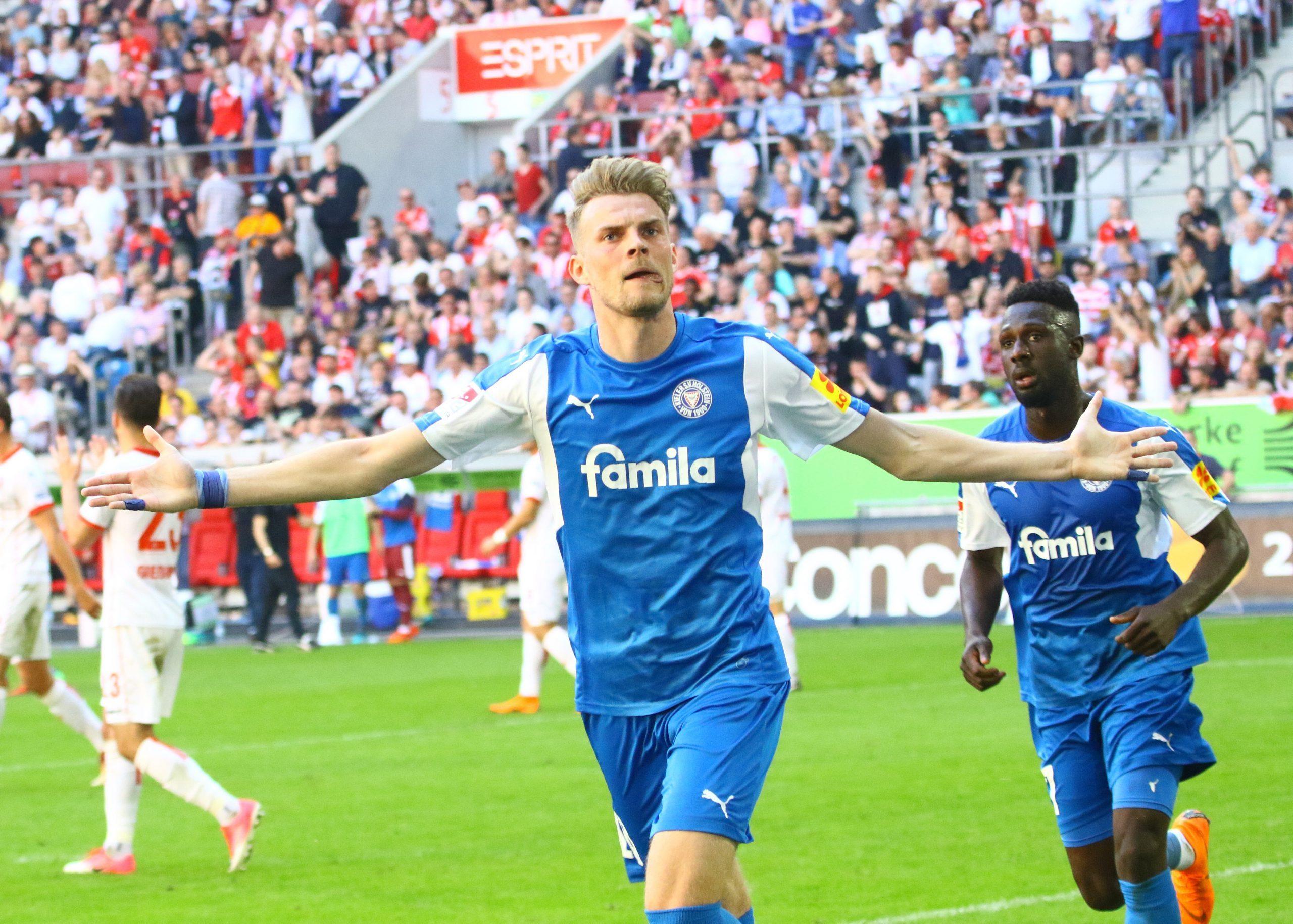 Holsteins Torschütze zum 1:1, Marvin Ducksch, feiert seinen Treffer in Düsseldorf, rechts Kingsley Schindler