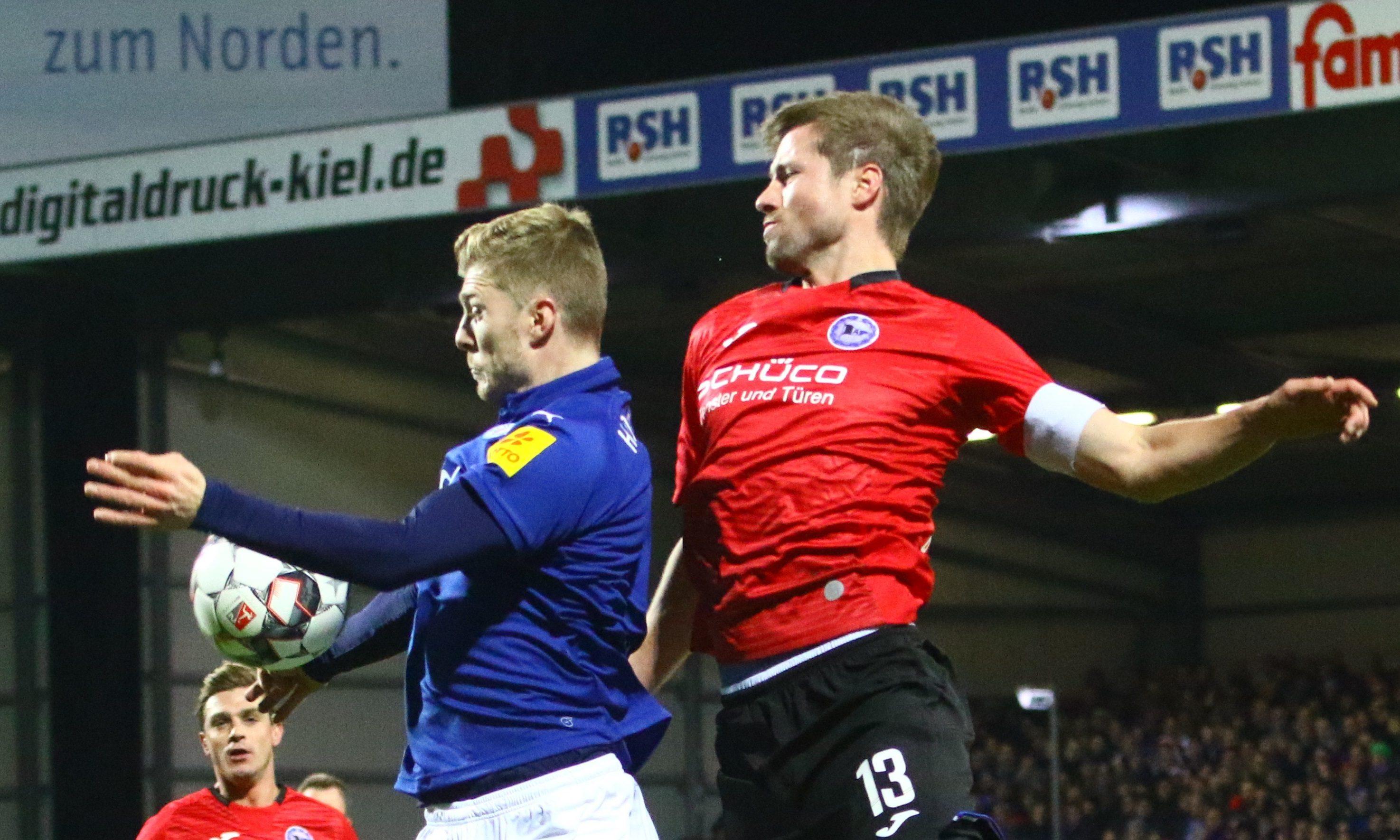 Ex-Armine Julian Börner, hier im Duell mit Alex Mühling, kommt mit Sheffield Wednesday nach Kiel.