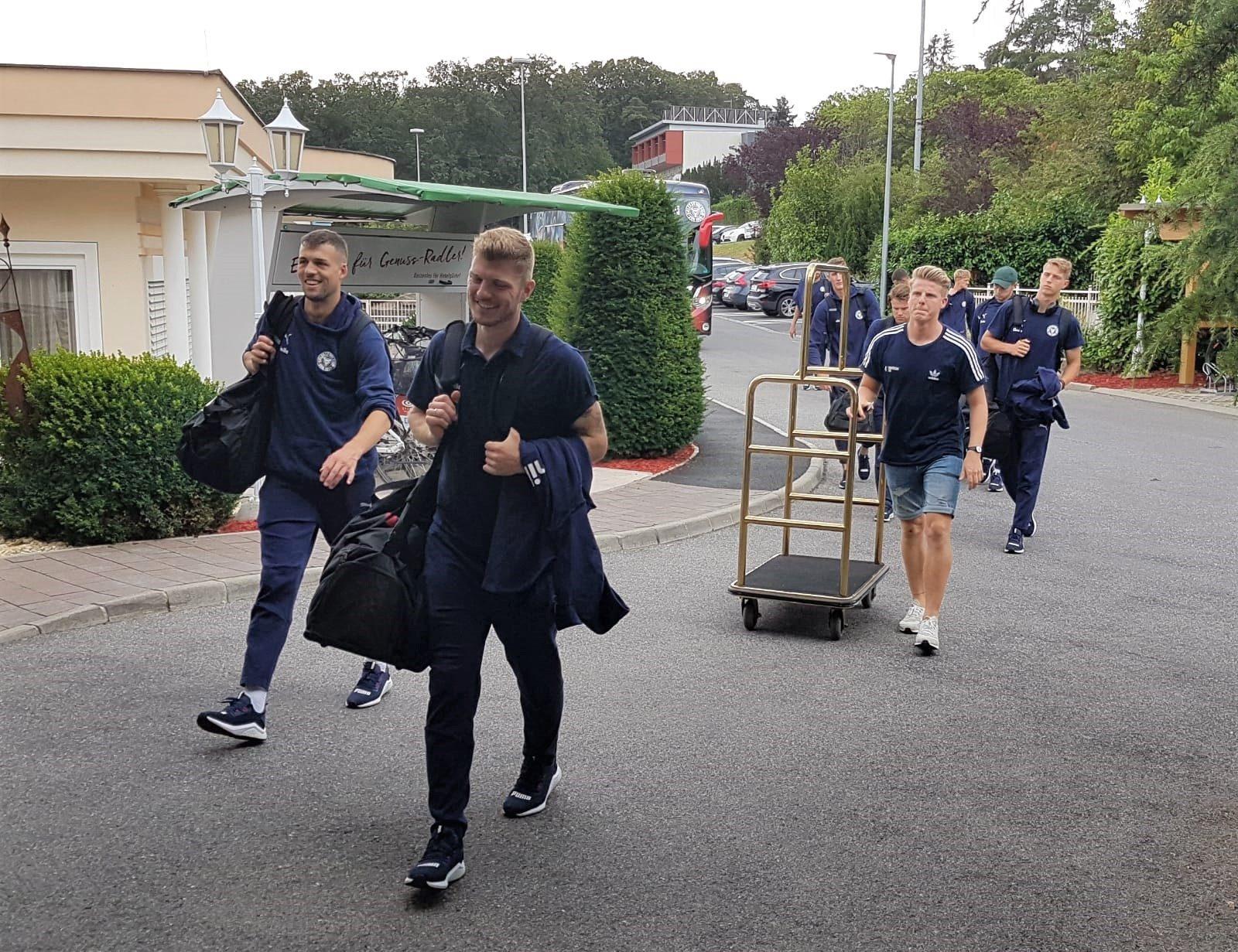 Der KSV-Tross um Jonas Meffert und Alexander Mühling (v. li.) kommt im Avita Resort in Bad Tatzmannsdorf an.
