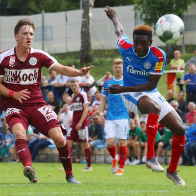 David Atanga (re.) blieb im Duell gegen seinen früheren Verein glücklos