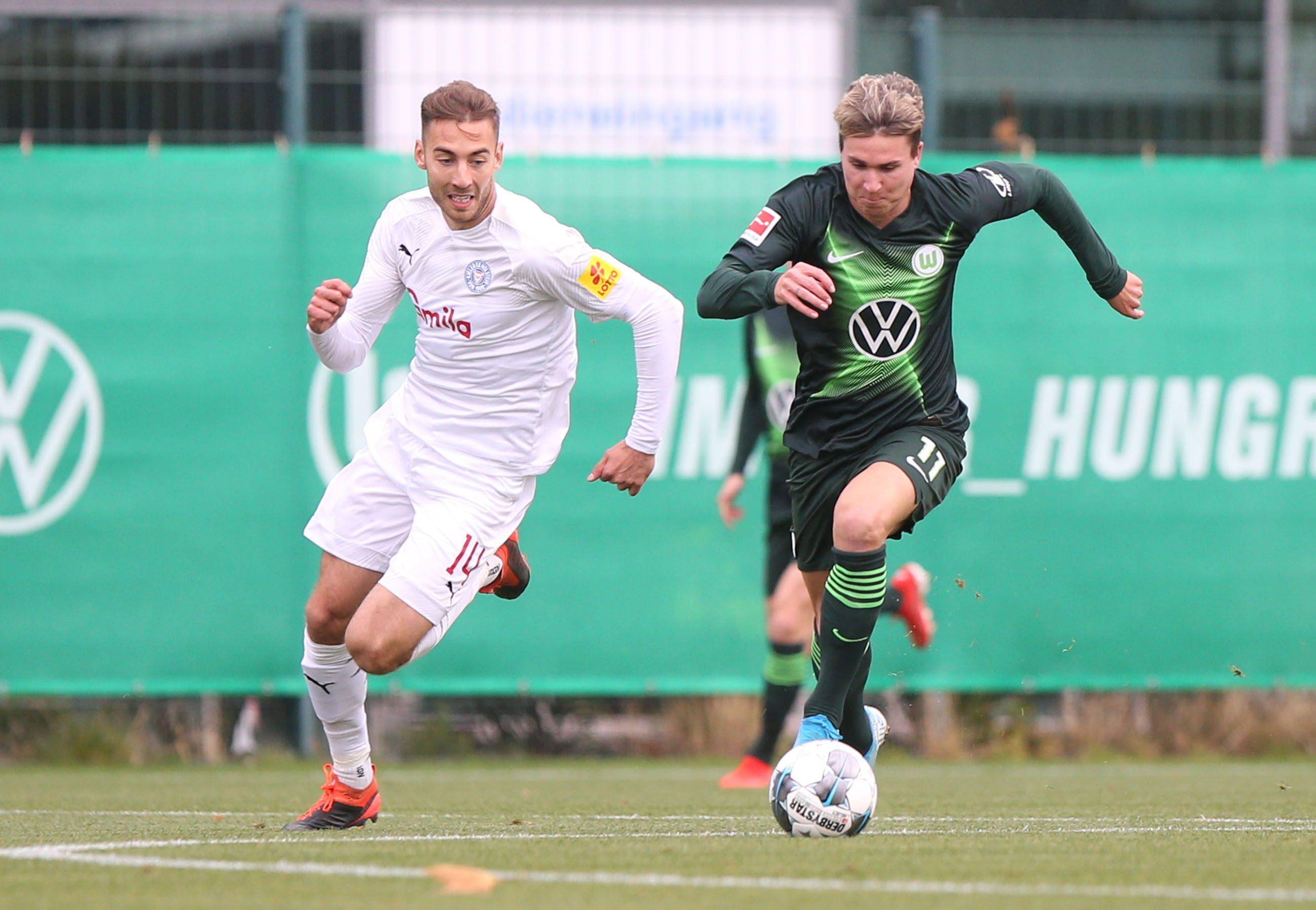 Fußball, Freundschaftsspiel, VfL Wolfsburg vs Holstein Kiel, Trainingsplatz vor der VW-Arena, Bild zeigt: Felix Klaus (VfL, 11) Foto: regios24/Sebastian Priebe
