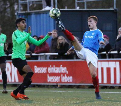 20191207 Holsteins Torschütze Jannic Ehlers vor Vrankas Xhavit am Ball