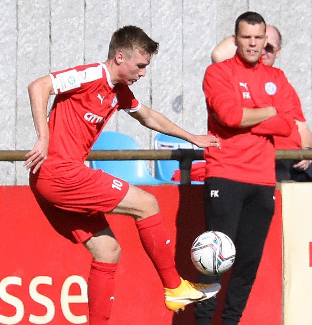 20200920 Holsteins Niklas Niehoff vor dem Berliner Julian Eitschberger Mitte U17 Trainer Freddy Kaps
