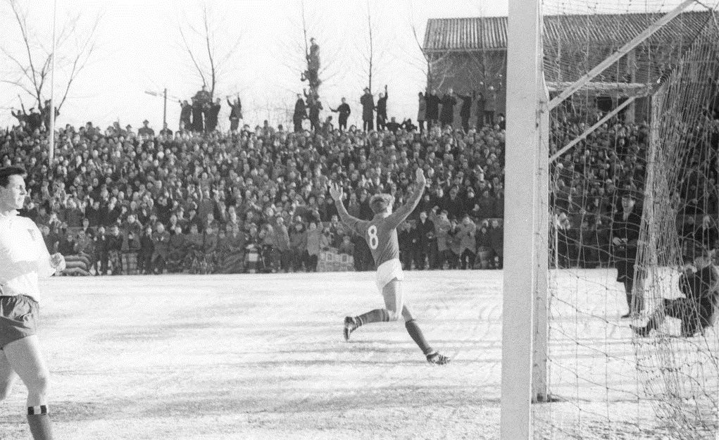 20278 Tage lang mussten die Kieler Fans nach diesem Treffer im Januar 1963 auf ein Tor gegen den HSV warten