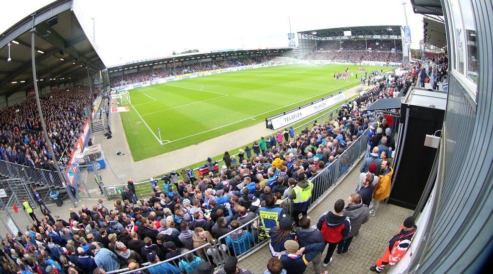 Das ausverkaufte Holstein Stadion gegen Hannover 96