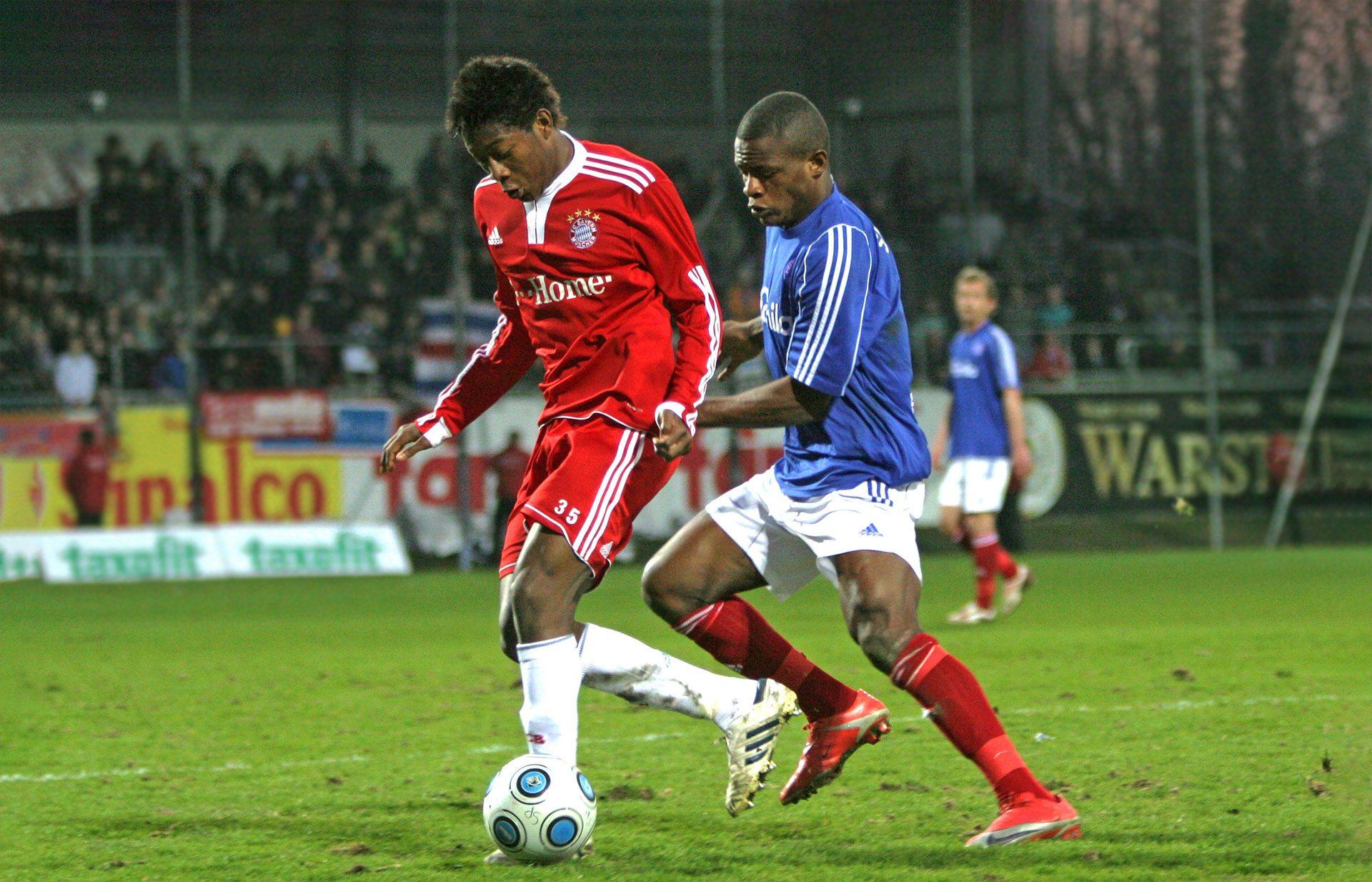 David Alaba 2010 im Drittliga Trikot von Bayern II vor dem Kieler Francky Sembolo