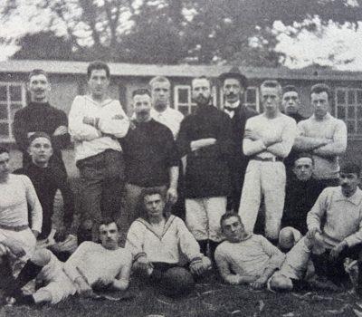 Die weiß gekleideten Kieler am 7 Oktober 1900 am Burgfeld