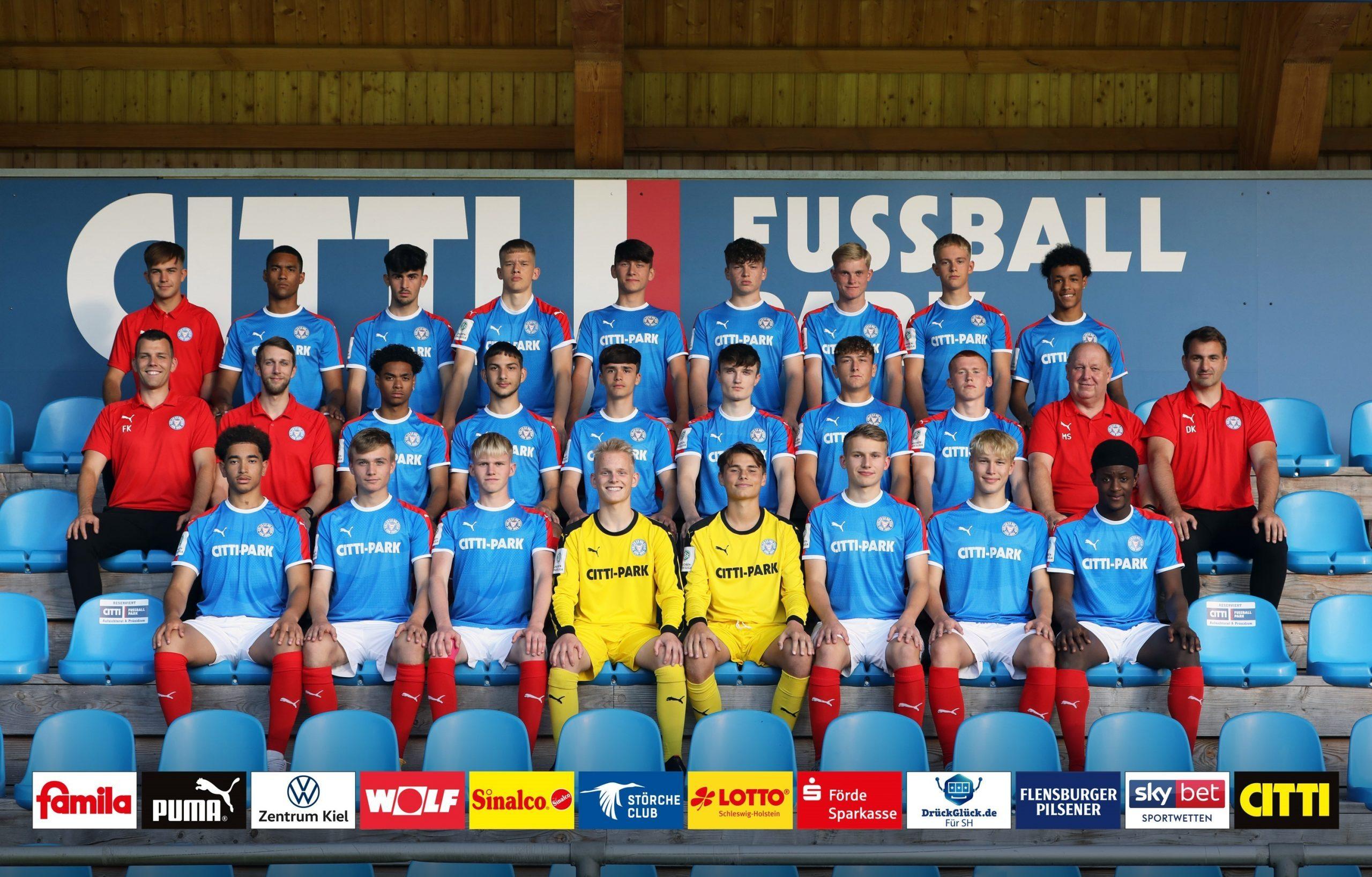 Holstein_Teamfoto_U17 mit Werbebande