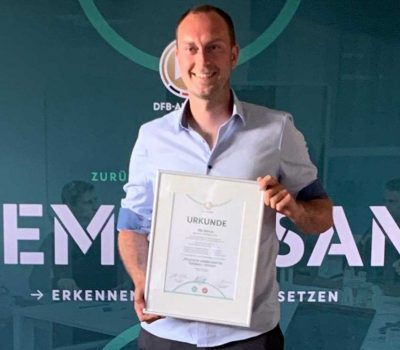 Ole Werner präsentiert nach erfolgreicher Prüfung stolz seine Urkunde der UEFA Pro License