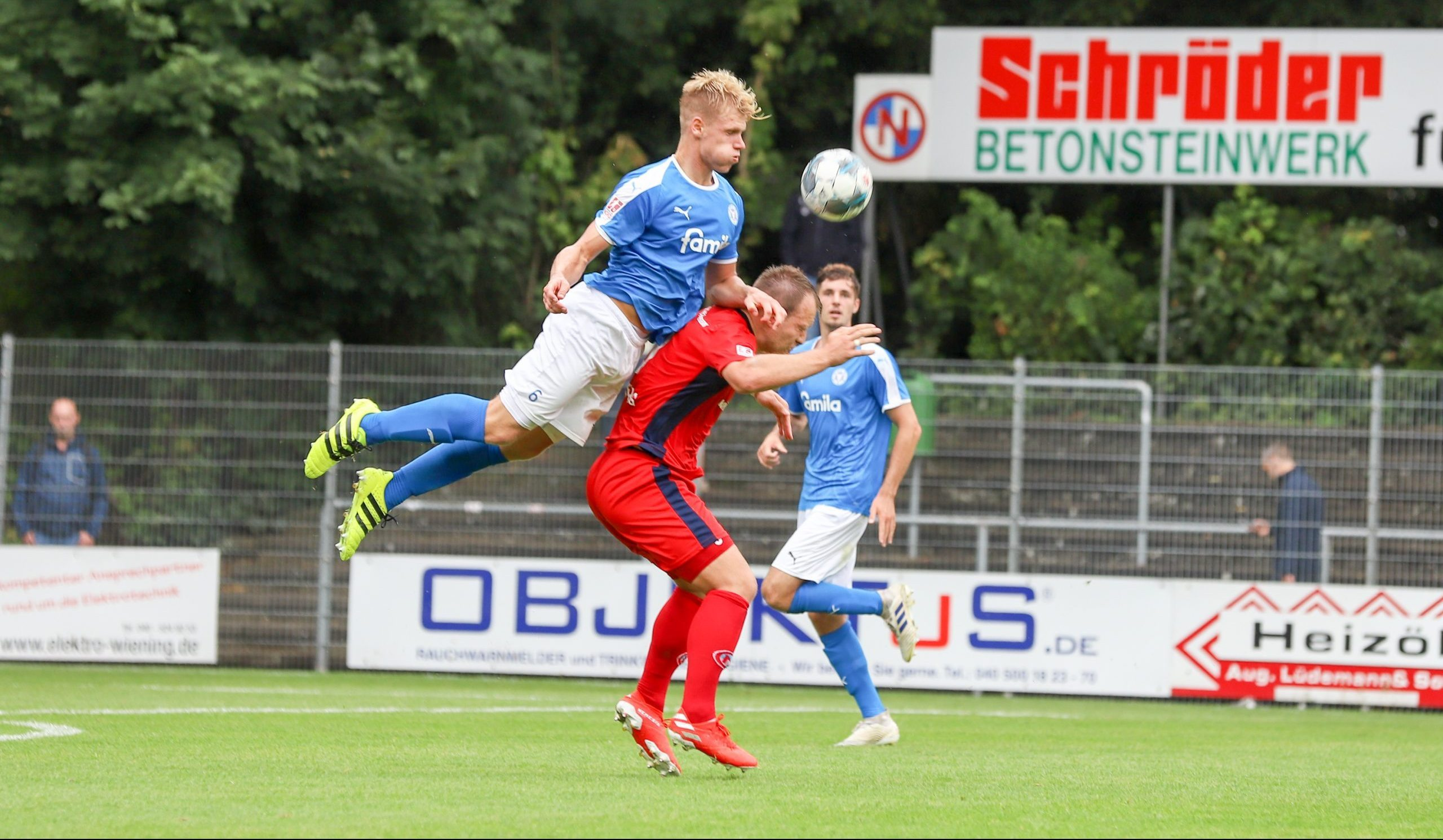 Barne Pernot (6, Holstein Kiel U23) Jan Lueneburg (9, Eintracht Norderstedt )