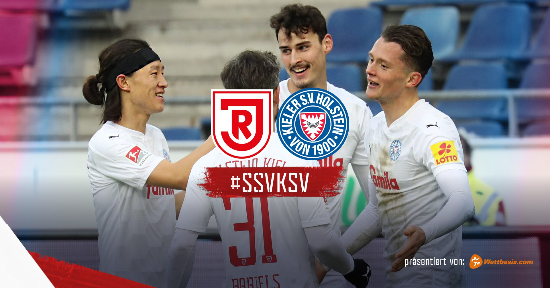 Man sieht das Logo des SSV Jahn Regensburg und das der KSV. Darunter steht der Hashtag der Party: #SSVKSV. Auf dem dahinter liegenden Bild sieht man Lee, Serra, Reese und Bartels jubeln.