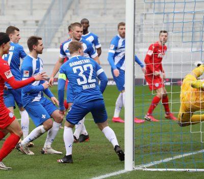 Nach einer Ecke von Mühling lenkt Darmstadt-Verteidiger Höhn den Ball ins eigene Tor